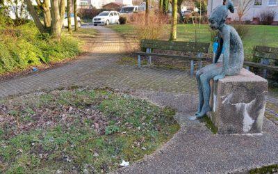 """Kunst am Hügel: """"Das sitzende Mädchen von der Vehrenbergstraße"""""""